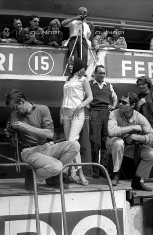 RVA-S-009817-0006 - Roger Vadim, Annette Stroyberg and Christian Marquand nello stand della Ferrari alla 24 Ore di Le Mans - Data dello scatto: 20-21/06/1959 - Roger-Viollet/Alinari