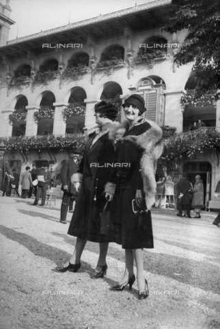 RVA-S-012052-0014 - Donne ritratte con cappotto e stola di pelliccia - Data dello scatto: 1925-1926 - Roger-Viollet/Alinari, Albert Harlingue