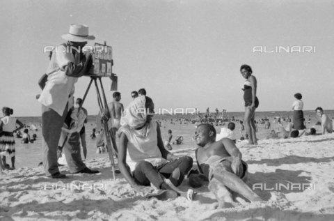 RVA-S-012066-0012 - Fotografo sulla spiaggia (Cuba), 1960 ca. - Data dello scatto: 1960 ca. - Gilberto Ante / Roger-Viollet/Alinari
