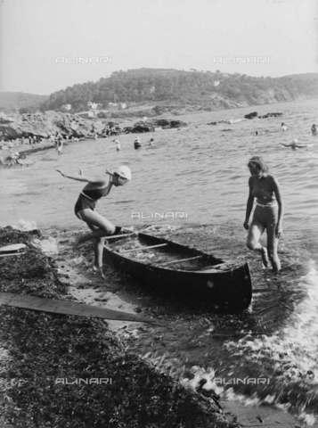 RVA-S-013406-0011 - Due giovani che stanno per salire su una canoa - Data dello scatto: 1935 ca. - Roger-Viollet/Alinari, Charles Hurault