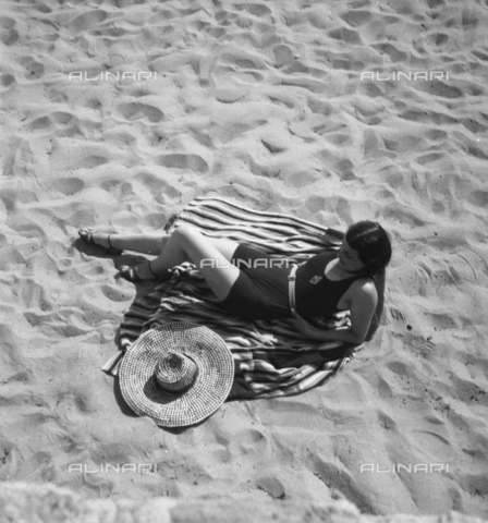RVA-S-013470-0003 - Bather on the beach in the French Riviera - Data dello scatto: 1932 - Boris Lipnitzki / Roger-Viollet/Alinari