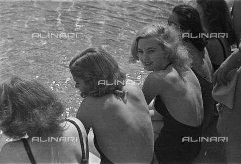 RVA-S-013525-0005 - Giovani in costume di bagno - Data dello scatto: 1935 ca. - Roger-Viollet/Alinari, Gaston Paris