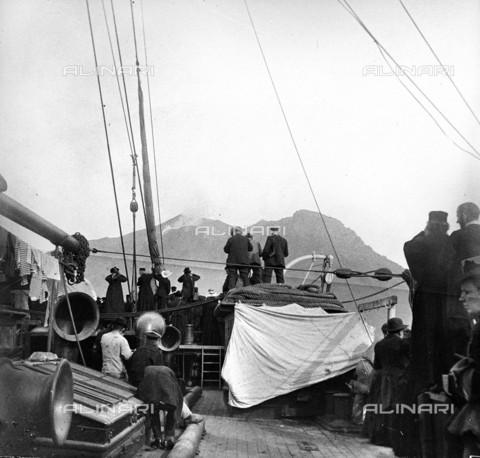 RVA-S-013756-0014 - Turisti osservano un'eruzione del vulcano di Stromboli da un battello - Data dello scatto: 1900 ca. - Roger-Viollet/Alinari