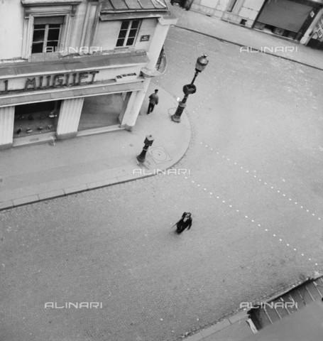 RVA-S-015226-0001 - Seconda guerra mondiale - Liberazione di Parigi: un uomo della F.F.I. (Forze francesi dell'Interno) con una pistola, all'angolo tra rue Ramey e rue de Clignancourt (XVIII arrondissement), a Parigi - Data dello scatto: 08/1944 - Roger Berson / Roger-Viollet/Alinari