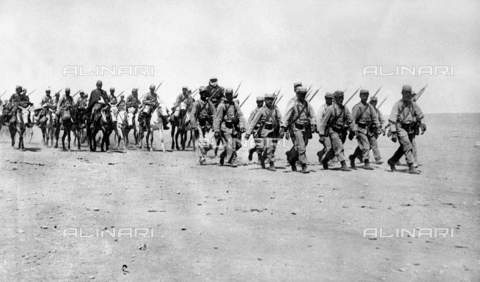 RVA-S-017528-0008 - French colonialism in Morocco: soldiers of the foreign legion returning from a reconnaissance in Aoufous - Data dello scatto: 05/1911 - Albert Harlingue / Roger-Viollet/Alinari