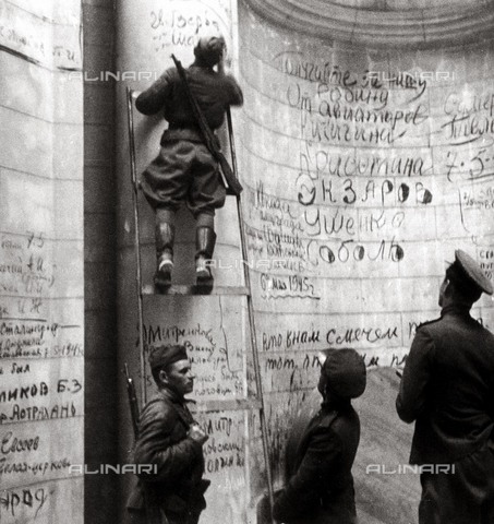 RVA-S-019277-0002 - World War II: Soviet soldiers writing on the walls of the Reichstag building in Berlin, May 1945 - Data dello scatto: 05/1945 - Bilderwelt / Roger-Viollet/Alinari