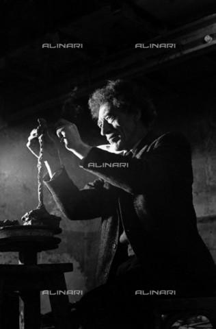 RVA-S-020523-0003 - Lo scultore e pittore svizzero Alberto Giacometti (1901-1966) fotografato nel suo studio - Data dello scatto: 1961 - Jean-Régis Roustan / Roger-Viollet/Alinari