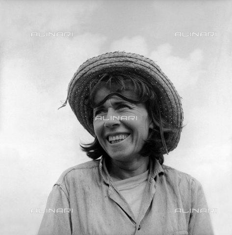 RVA-S-021710-0008 - Petra Almaguer, eroina del lavoro. Cuba. 1958 - Data dello scatto: 1963 - Gilberto Ante/BFC  / Roger-Viollet/Alinari