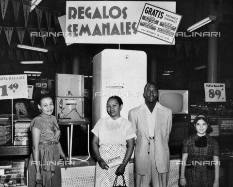 RVA-S-021711-0024 - Cuba. Negozio di elettrodomestici, 1968 - Data dello scatto: 1968 - Gilberto Ante/BFC  / Roger-Viollet/Alinari