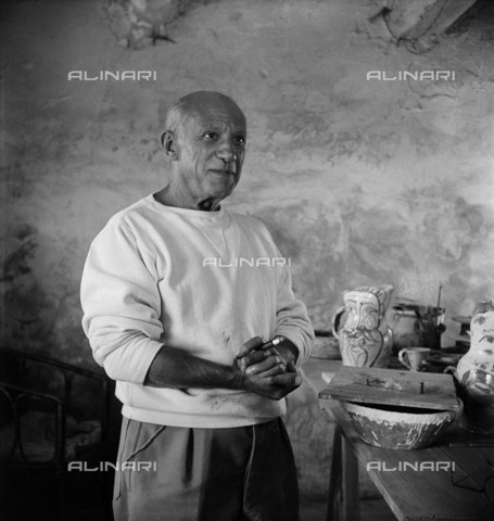 RVA-S-021949-0001 - The Spanish painter and sculptor Pablo Picasso (1881-1973) in his studio in Vallauris - Boris Lipnitzki / Roger-Viollet/Alinari