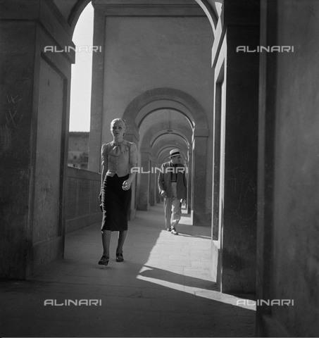 RVA-S-023380-0019 - Passanti sul Lungarno degli Archibusieri a Firenze negli anni successivi la Seconda Guerra Mondiale - Data dello scatto: 1946 ca. - Roger-Viollet/Alinari