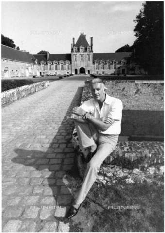 RVA-S-024091-0001 - Ritratto dello stilista francese Hubert de Givenchy all'esterno della sua casa a Jonchet, Romilly-sur-Aigre (Eure-et-Loir) - Jean-Régis Roustan / Roger-Viollet/Alinari
