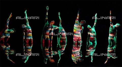 """RVA-S-026372-0003 - """"Crucible"""". Coreografia della Ririe Woodbury Dance Company, Théâtre du Châtelet, Parigi - Data dello scatto: 23/02/2004 - Colette Masson / Roger-Viollet/Alinari"""