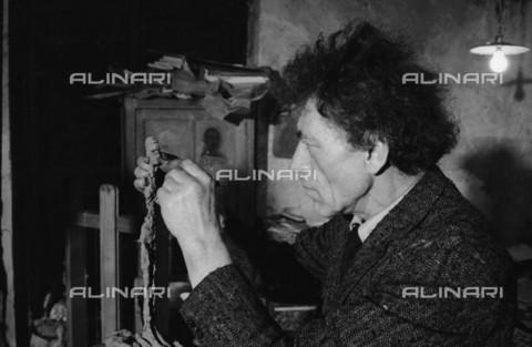 RVA-S-033624-0004 - Lo scultore e pittore svizzero Alberto Giacometti (1901-1966) fotografato nel suo studio - Data dello scatto: 1961 - Jean-Régis Roustan / Roger-Viollet/Alinari