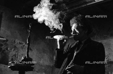 RVA-S-033974-0001 - Lo scultore e pittore svizzero Alberto Giacometti (1901-1966) fotografato nel suo studio - Data dello scatto: 1961 - Jean-Régis Roustan / Roger-Viollet/Alinari