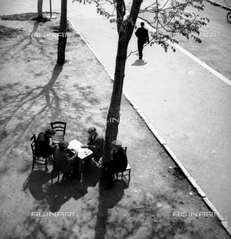 RVA-S-034779-0008 - Giocatori di carte a Bari - Data dello scatto: 02/05/1967 - Marie-Anne Lapadu / Roger-Viollet/Alinari