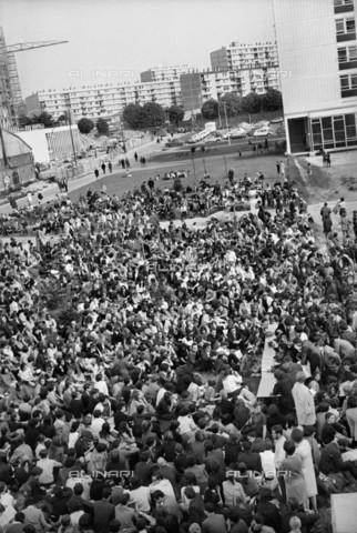RVA-S-034942-0003 - Manifestanti del maggio francese all'Università di Nanterre - Data dello scatto: 15/05/1968 - Roger-Viollet/Alinari