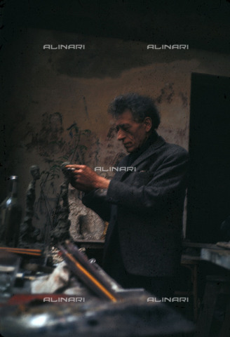 RVA-S-034949-0014 - The Swiss sculptor and painter Alberto Giacometti (1901-1966) photographed in his studio - Jack Nisberg / Roger-Viollet/Alinari