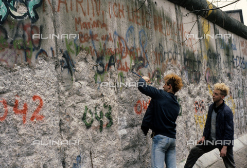 RVA-S-041628-0001 - Demolition of the Berlin Wall - Data dello scatto: 03/1990 - Colette Masson / Roger-Viollet/Alinari