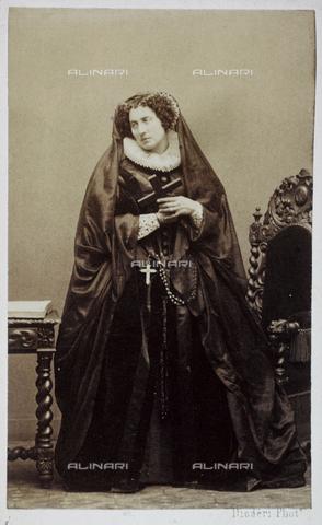 RVA-S-042383-0001 - The stage actress Adelaide Ristori (1822-1906) in a costume of XVI century, from the album of Eugène Disdéri (1819-1889), Musée Carnavalet, Paris - Eugène Disdéri / Musée Carnavalet / Roger-Viollet/Alinari
