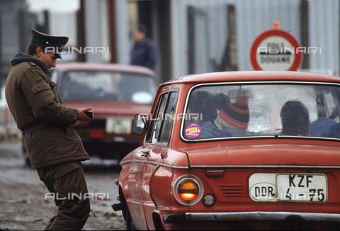 RVA-S-042529-0020 - Ufficiale delle dogane di Potsdamer Platz, pochi giorni dopo la caduta del Muro di Berlino, Berlino Est nel novembre 1989 - Data dello scatto: 11/1989 - Jean-Paul Guilloteau / Roger-Viollet/Alinari