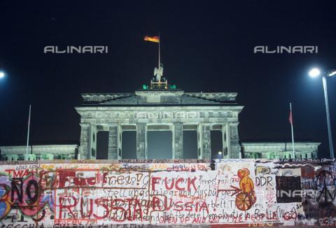 RVA-S-042530-0003 - Il Muro di Berlino e la Porta di Brandeburgo fotografati da Berlino Ovest - Data dello scatto: 11/1989 - Jean-Paul Guilloteau / Roger-Viollet/Alinari