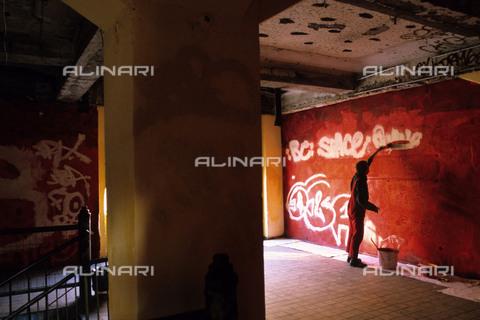 RVA-S-042765-0002 - Il famoso squat di Tacheles, dieci anni dopo la caduta del muro a Berlino marzo 1999 - Data dello scatto: 03/1999 - Jean-Paul Guilloteau / Roger-Viollet/Alinari