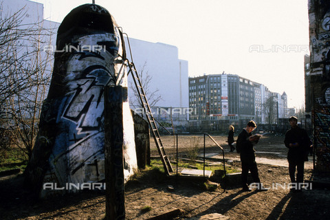 RVA-S-042765-0003 - The famous Tacheles squat, ten years after the fall of the Berlin Wall in March 1999 - Data dello scatto: 03/1999 - Jean-Paul Guilloteau / Roger-Viollet/Alinari