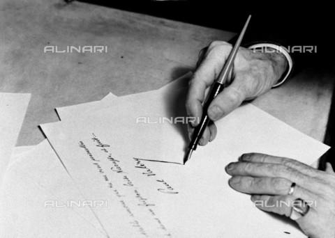 RVA-S-046170-0010 - Le mani dello scrittore francese Paul Valéry (1871-1945) - Roger-Viollet/Alinari, Laure Albin Guillot