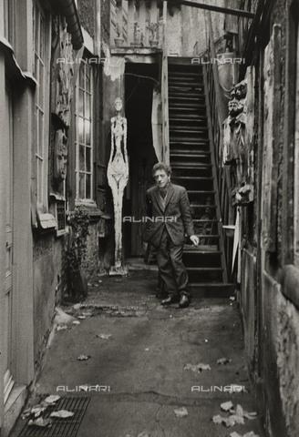 RVA-S-048362-0002 - Lo scultore e pittore svizzero Alberto Giacometti (1901-1966) fotografato nel suo studio in rue Hippolyte-Maindron al numero 46, Parigi - Data dello scatto: 1961 - Jean Mounicq / Roger-Viollet/Alinari