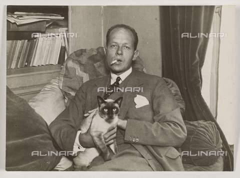 RVA-S-048749-0007 - Lo scrittore francese Pierre Drieu La Rochelle (1893-1945) nella sua casa a Ile Saint-Louis, Parigi - Data dello scatto: 1930 ca. - Albert Harlingue / Roger-Viollet/Alinari