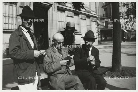 """RVA-S-050450-0008 - Amedeo Modigliani (1884-1920), Max Jacob (1876-1944), Manuel Ortiz de Zárate Pinto (1887–1946) e André Breton (1896-1966). Fotografia di Jean Cocteau, dal volume """"A Day with Picasso"""" (testo di Billy Klüver), album di 21 fotografie su Montparnasse conservato al Musée Carnavalet di Parigi - Data dello scatto: 12/08/1916 - Musée Carnavalet / Roger-Viollet/Alinari"""