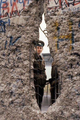 RVA-S-055283-0008 - Policeman behind the Berlin wall, partly demolished. Berlin (Germany), March 1990 - Data dello scatto: 03/1990 - Colette Masson / Roger-Viollet/Alinari