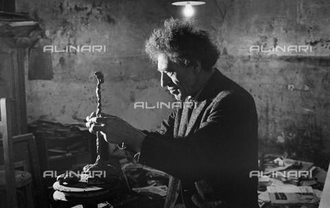 RVA-S-055381-0001 - Lo scultore e pittore svizzero Alberto Giacometti (1901-1966) fotografato nel suo studio - Data dello scatto: 1961 - Jean-Régis Roustan / Roger-Viollet/Alinari