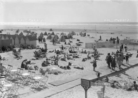 RVA-S-055856-0005 - Spiaggia a Le Touquet - Data dello scatto: 1925 ca. - Roger-Viollet/Alinari, Maurice-Louis Branger