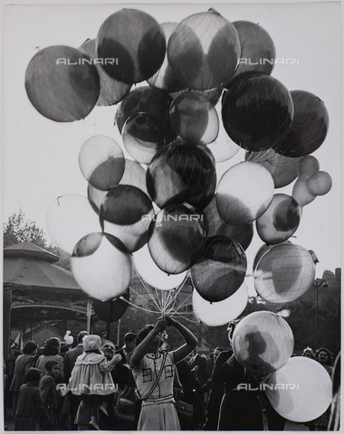 RVA-S-072398-0037 - Sale of balloons at the funfair during the Foire du Trône in Paris. Photograph preserved in the Bibliothèque historique de la Ville de Paris - Data dello scatto: 1952 - Jean Marquis / BHVP / Roger-Viollet/Alinari