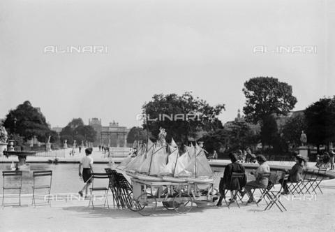 RVA-S-073059-0001 - La fontana e l'Arco di Trionfo du Carrousel nel Giardino de Les Tuileries a Parigi - Data dello scatto: 1945 ca. - Roger-Viollet/Alinari