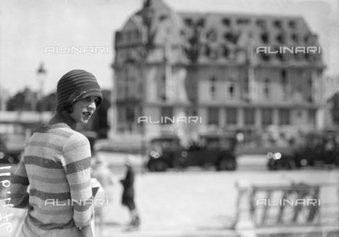 RVA-S-075160-0004 - Donna a Le Touquet - Data dello scatto: 1925 ca. - Roger-Viollet/Alinari, Maurice-Louis Branger