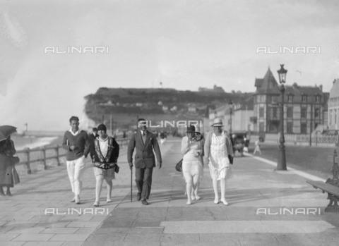 RVA-S-075160-0019 - Turisti a Fécamp - Data dello scatto: 1925 ca. - Roger-Viollet/Alinari, Maurice-Louis Branger