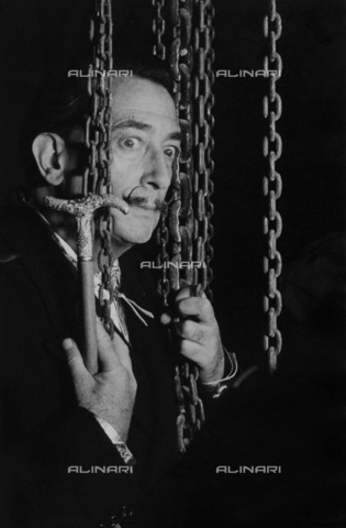 RVA-S-077369-0011 - The Spanish painter and engraver Salvador Dali (1904-1989) photographed by Jean Marquis at the Fonderie Susse in Montrouge - Data dello scatto: 1964 - Jean Marquis / Roger-Viollet/Alinari