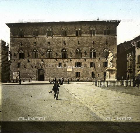 RVA-S-081579-0004 - Il Palazzo del Podestà o Palazzo Pretorio in piazza Duomo a Pistoia - Data dello scatto: 1895 ca. - Léon et Lévy / Roger-Viollet/Alinari