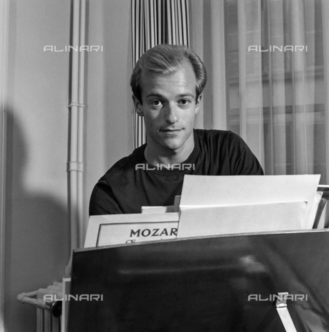 RVA-S-086036-0001 - Thierry de Brunhoff (born in 1934), French pianist and Benedictine monk - Date of photography: 1965 ca. - Claude Poirier / Roger-Viollet/Alinari
