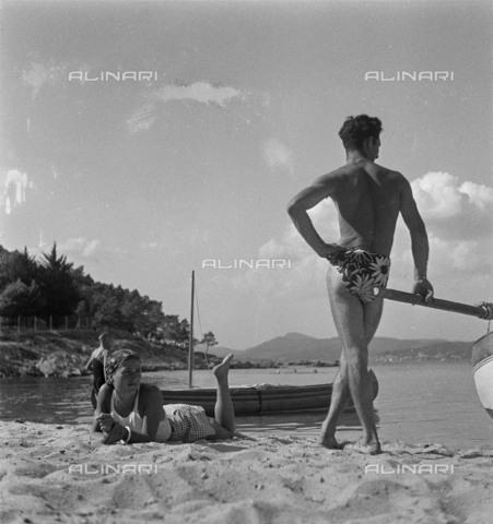 RVA-S-099813-0026 - Un uomo e una donna prendono il sole in spiaggia - Data dello scatto: 1935 ca. - Roger-Viollet/Alinari, Gaston Paris
