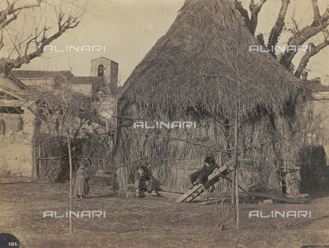 SCC-F-001257-0000 - Country life: children in the yard of a cottage - Data dello scatto: 1870 ca. - Archivi Alinari, Firenze