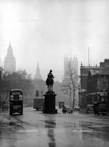 "SDA-A-002449-0009 - ""Londres à l'heure des mini-jupes""; city traffic in Whitehall"