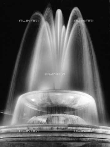 "SDA-A-002449-0011 - ""Londres à l'heure des mini-jupes""; fountain at Trafalgar Square at night"
