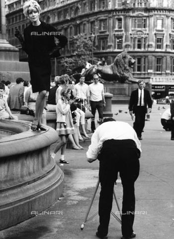 """SDA-A-002449-0015 - """"Londres à l'heure des mini-jupes""""; a model poses for a photographic service"""