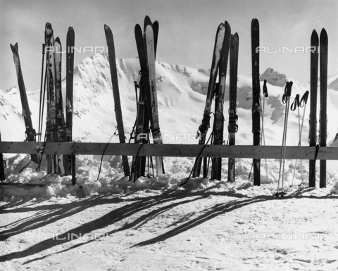 SDA-F-000035-0000 - Skis leaning against a fence in the snow