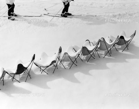 SDA-F-000651-0000 - Sedie coperte dalla neve
