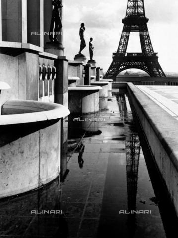 SDA-F-001696-0000 - A terrace with statues near the Eiffel Tower in Paris
